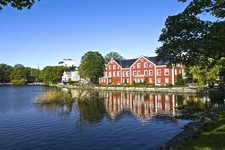 Stavanger red house lake