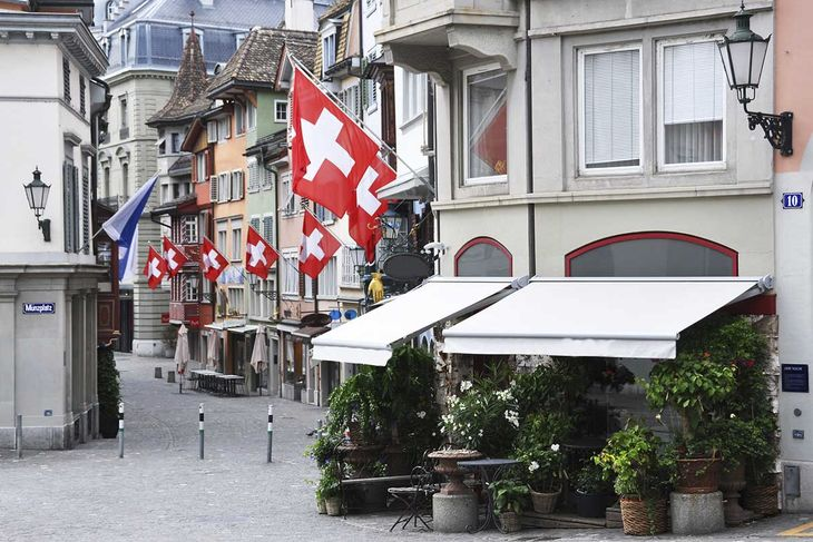 Zürich streets Swiss flags